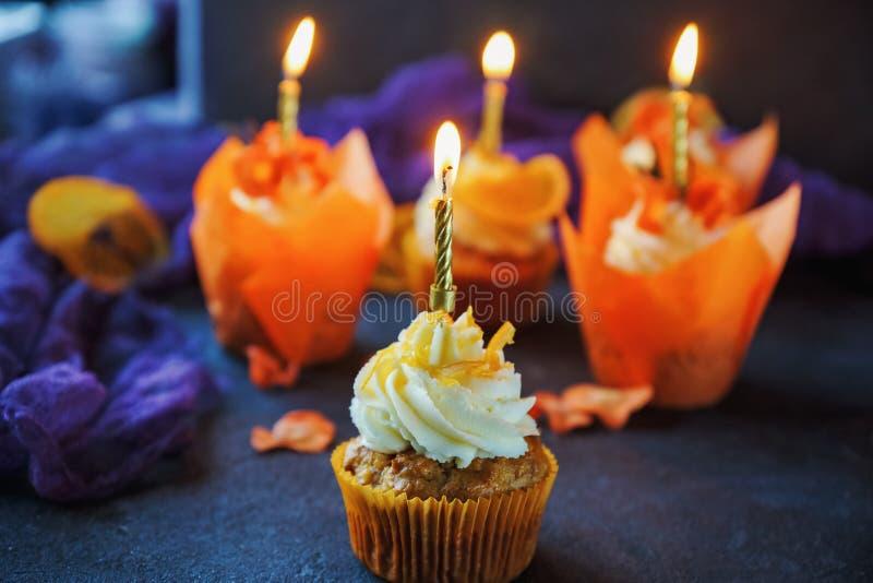 Magdalenas de la zanahoria de Pascua con las naranjas de la crema y del caramelo de la vainilla fotos de archivo libres de regalías