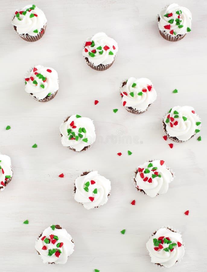 Magdalenas del chocolate de la Navidad con helar del queso cremoso fotografía de archivo libre de regalías
