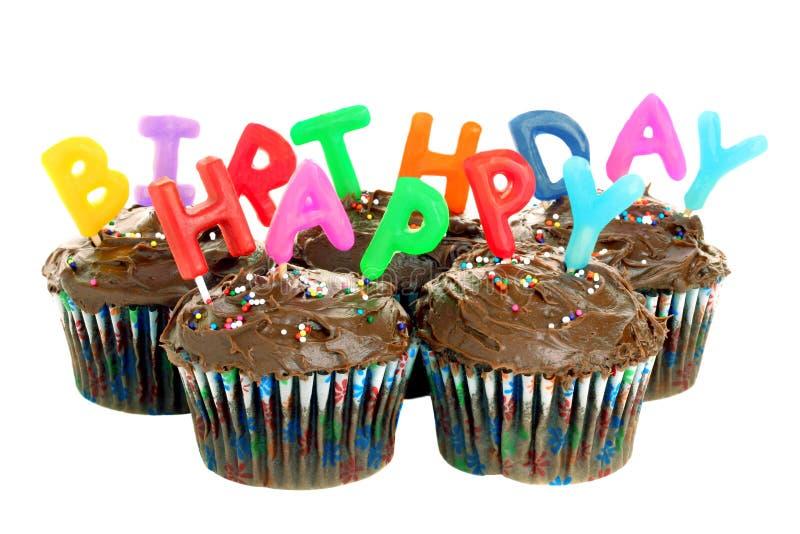 Magdalenas del chocolate del feliz cumpleaños en blanco fotografía de archivo