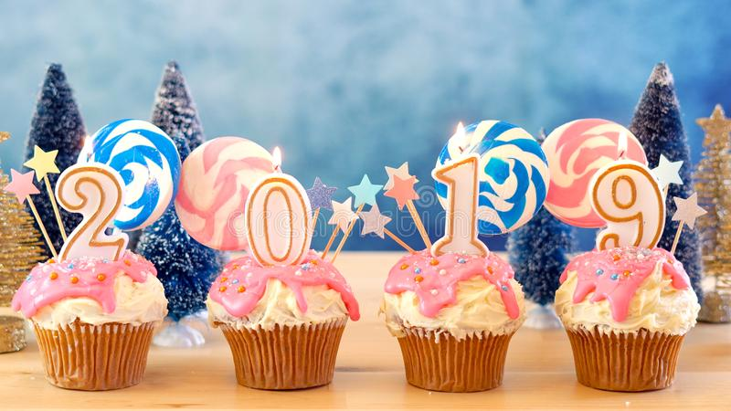 2019 magdalenas del goteo de la piruleta de la tierra del caramelo de la Feliz Año Nuevo imágenes de archivo libres de regalías
