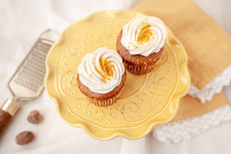 Magdalenas del pastel de queso de la calabaza hechas sin el gluten o la lechería imagenes de archivo