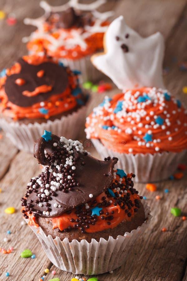 Magdalenas deliciosas de Halloween adornadas con helar foto de archivo