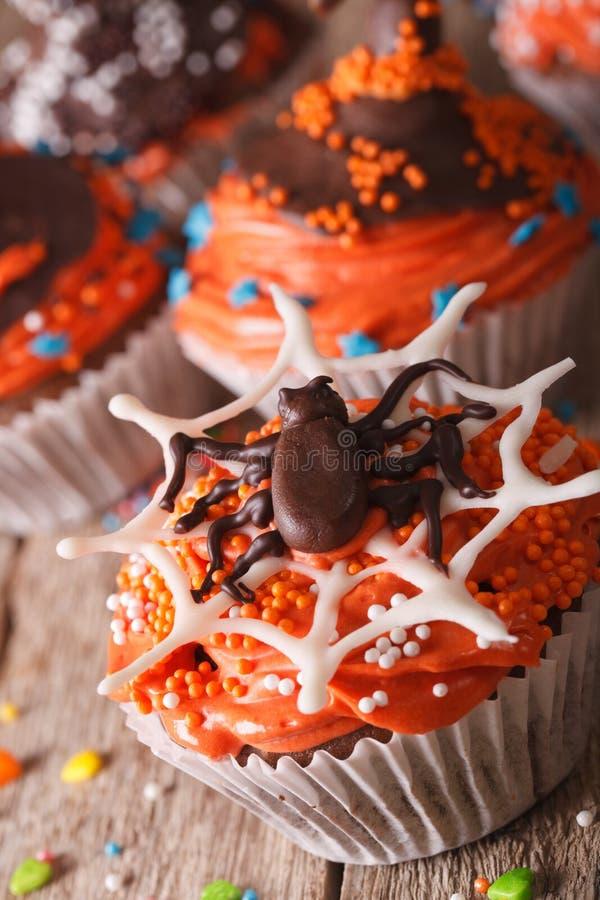 Magdalenas deliciosas de Halloween con el primer de la araña del chocolate ver imágenes de archivo libres de regalías