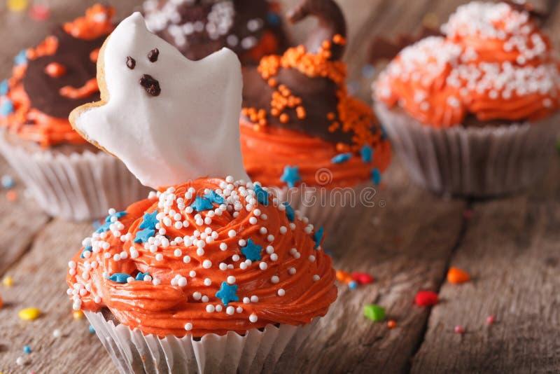 Magdalenas deliciosas de Halloween con un primer fantasmagórico horizontal fotografía de archivo