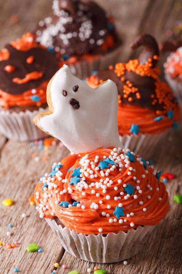 Magdalenas deliciosas de Halloween con un primer fantasmagórico vertical imagenes de archivo