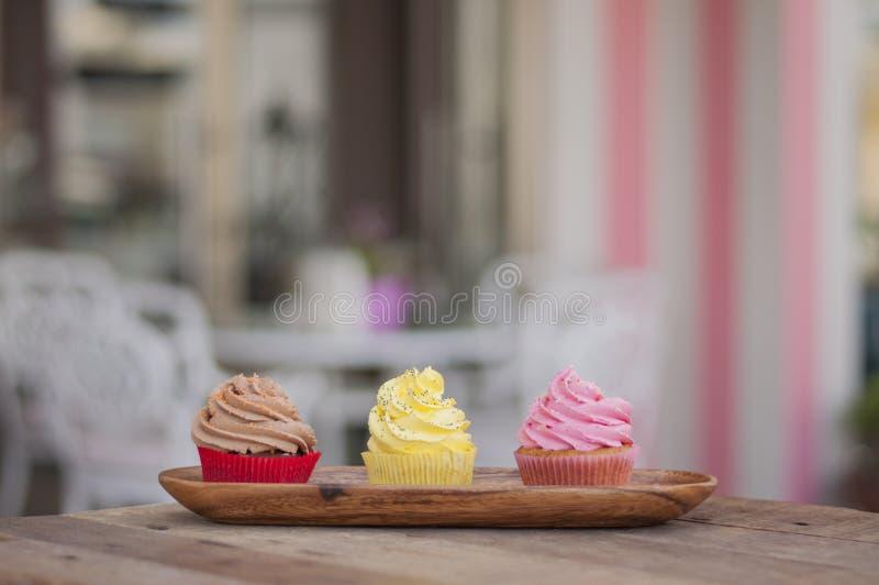 Magdalenas frescas deliciosas de la mezcla colorida fotos de archivo