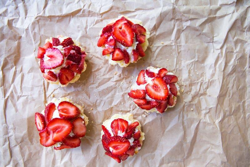 Magdalenas hermosas y brillantes con las fresas, delicioso y simple fotografía de archivo libre de regalías