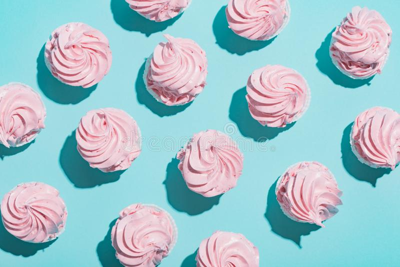Magdalenas rosadas en fondo azul fotografía de archivo libre de regalías