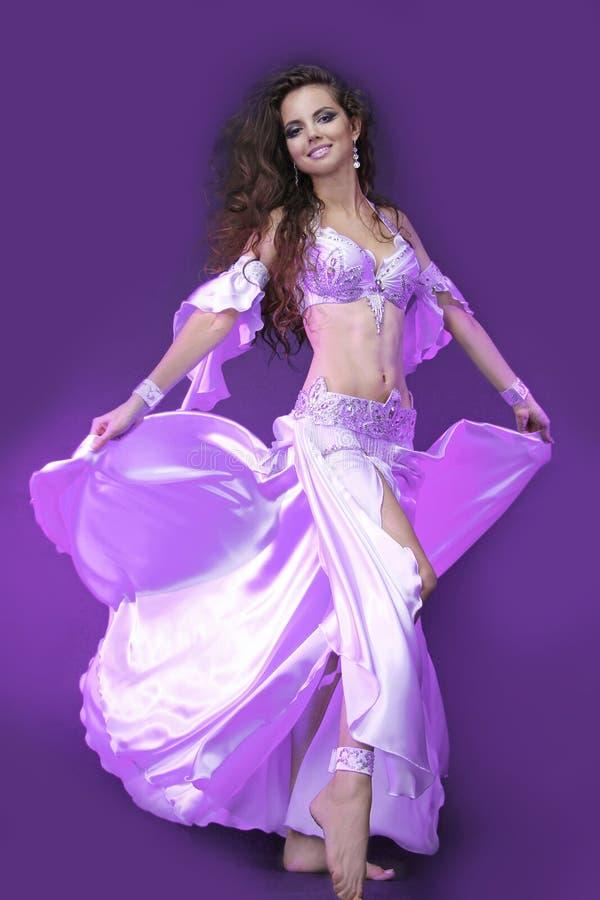 Magdansös i den violetta dräkten royaltyfria foton