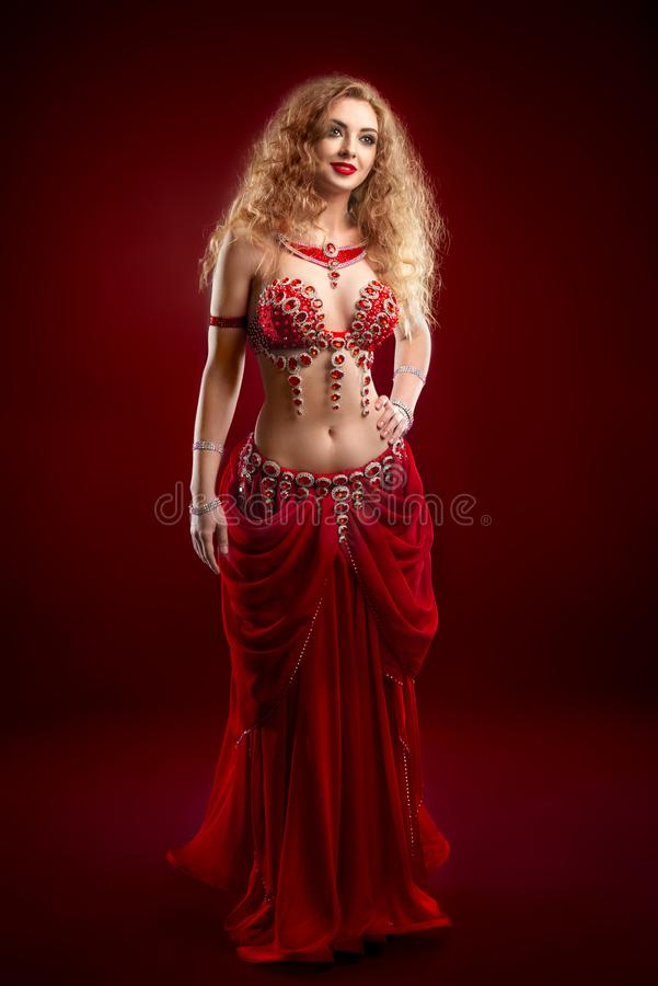 Magdansös i röd dräkt royaltyfria foton