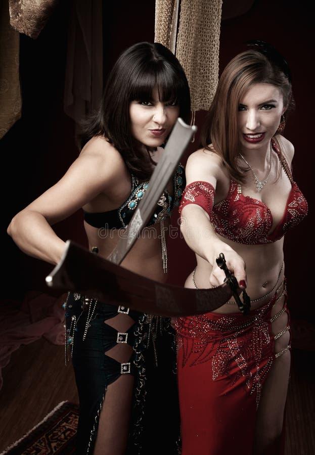 magdansöser som rymmer svärd fotografering för bildbyråer