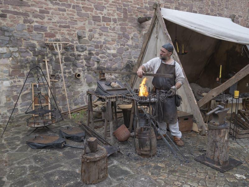 Magdebourg, Allemagne - 29 08 2014 : Reconstruction de Kaiser-Otto-Fest des événements historiques de la ville Forgeron du milieu image libre de droits