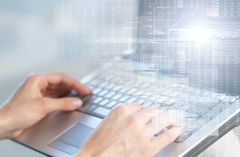 Mage del primer de una persona que trabaja en un ordenador portátil imagen de archivo libre de regalías