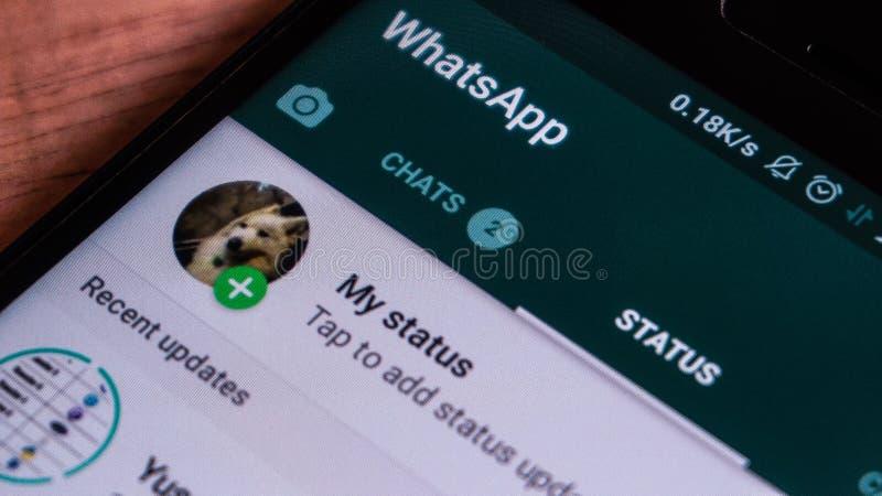 Magelang, центральная Ява, Индонезия, 16-ое апреля 2019 телефон Android который показывает состояние на экране касания - изображе стоковые изображения rf