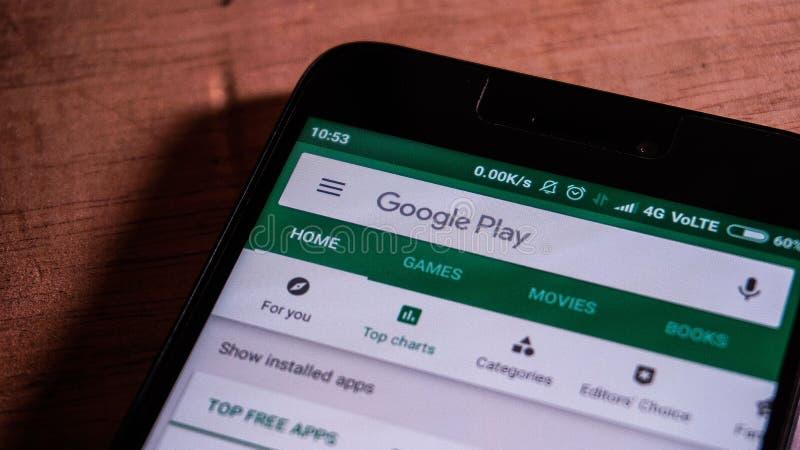 Magelang, Centraal Java, Indonesië, 16 April, 2019 androïde telefoon die de Google Play-opslag app op het touche screen - Im toon royalty-vrije stock afbeeldingen