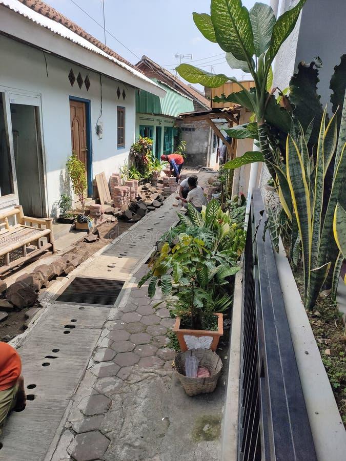 magelang, indonesia, 27-11-2019, riparazione della strada del villaggio di malanggaten 27 novembre 2019, magelang, Indonesia immagini stock libere da diritti