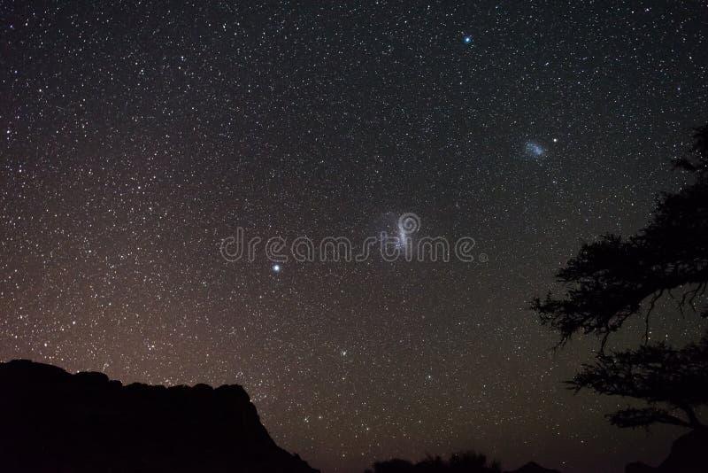 Magellanic-Wolken astro sternenklarer Himmel, namibische Nacht, Afrika Akazienbäume im Vordergrund Wagen Sie in das wilde stockbild