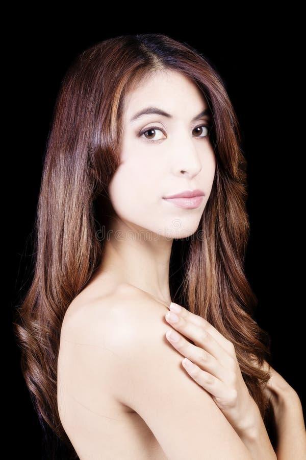Mager attraktiv Latina för kal skuldrastående kvinna royaltyfria bilder