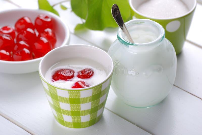 Mager yoghurt med körsbär royaltyfri bild