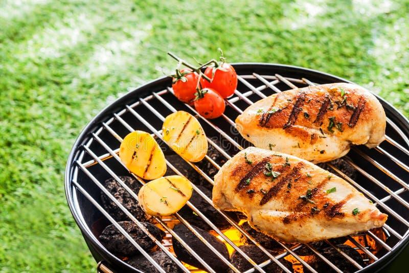 Magere gezonde kippenborsten op BBQ stock foto's