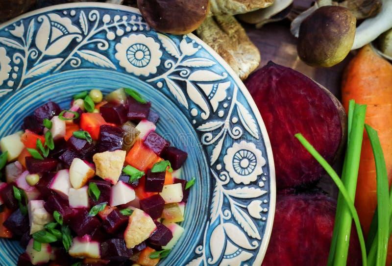 Magere salade venegret van Buriak en wilde paddestoelen stock foto's