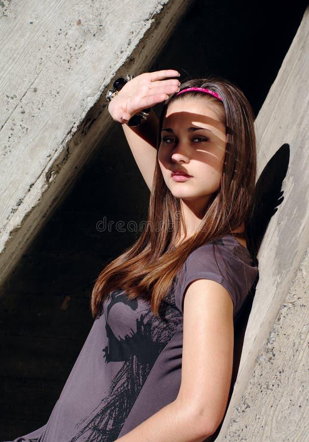 Mageres der jungen Frau durch den Beton lizenzfreie stockfotografie