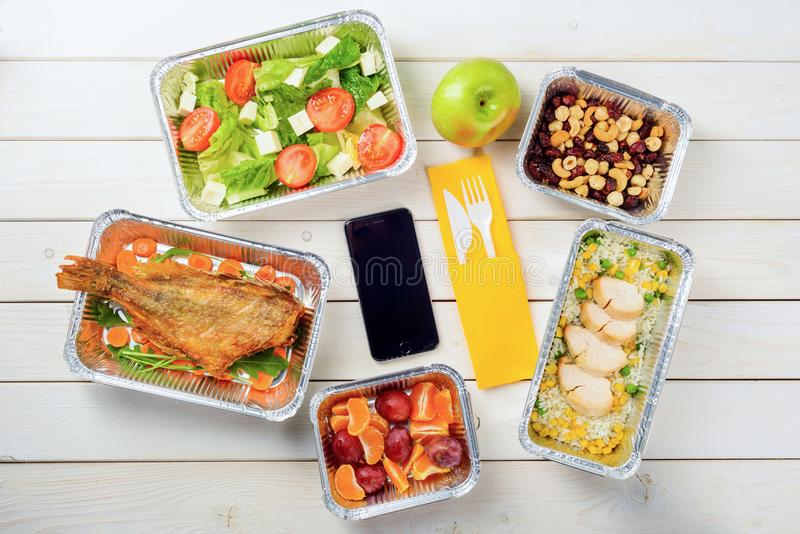 Mageres Huhn, Nüsse und Salat stockfotos