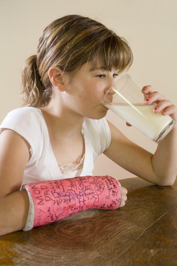 maggie jej pić mleko obrazy stock