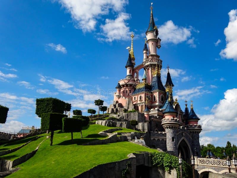 24 maggio 2015: Castello in Disneyland Parigi fotografia stock libera da diritti