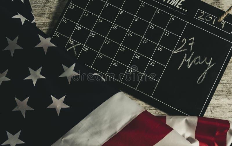27 maggio data in calendario sotto la bandiera degli stati americani e tutta la tavola sopra di legno, stile d'annata fotografia stock