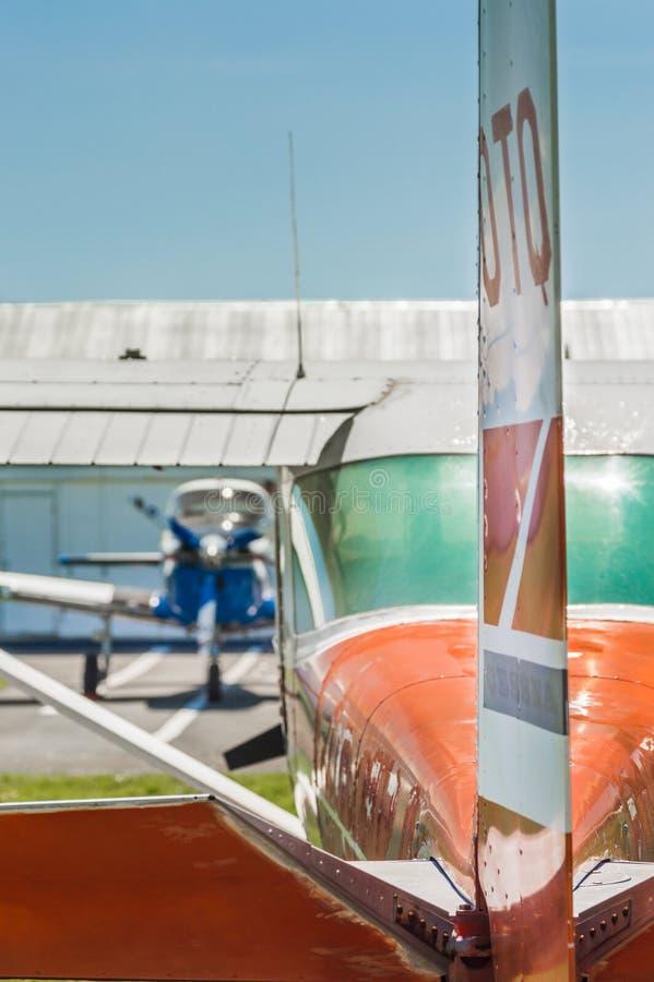 7 maggio 2019 - delta, Columbia Britannica: Retrovisione di Cesssna 150G, timone, elevatori e stablizers fotografia stock libera da diritti