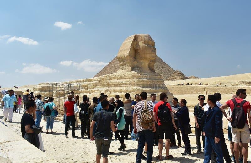 Maggio, 6, 2019, Il Cairo, Egitto I turisti visitano la grande Sfinge di Giza immagine stock libera da diritti