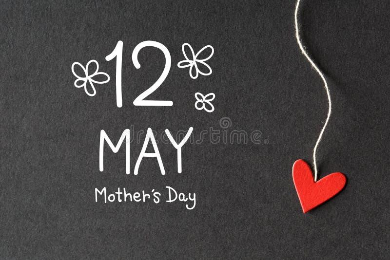 12 maggio messaggio di giorno di madri con i cuori di carta illustrazione vettoriale