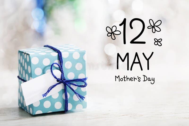 12 maggio messaggio di giorno di madri con il contenitore di regalo illustrazione vettoriale