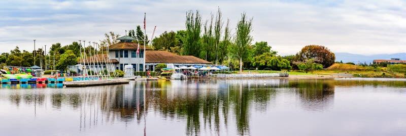 9 maggio 2019 Mountain View/CA/U.S.A. - rimessa per imbarcazioni del lago shoreline nel parco del lago shoreline un giorno di mol immagine stock libera da diritti