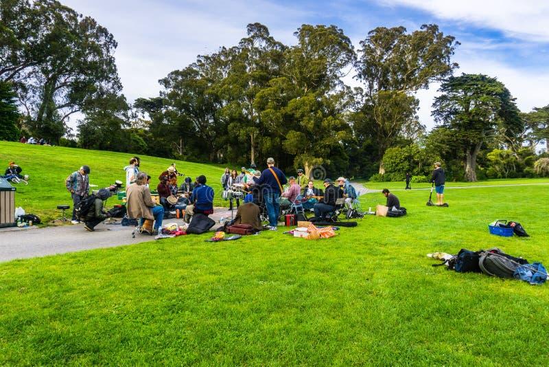 6 maggio 2018 San Francisco/CA/U.S.A. - un gruppo di musicisti dilettanti riuniti su un prato in Golden Gate Park, canto e immagine stock libera da diritti