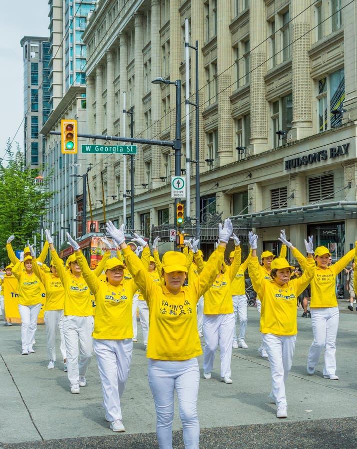 12 maggio 2019 - Vancouver, Canada: Membri di Falun Dafa nella parata tramite le vie della citt? sulla festa della Mamma 2019 immagine stock libera da diritti