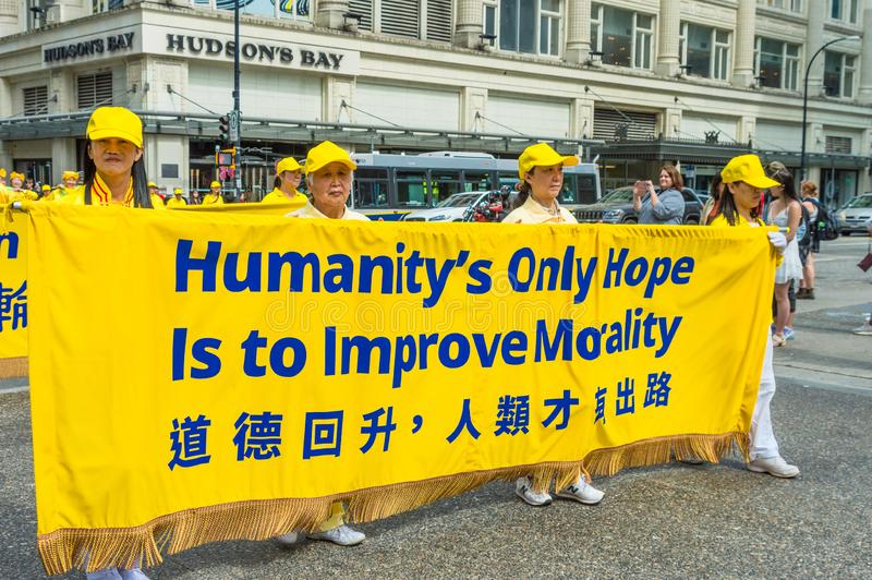 12 maggio 2019 - Vancouver, Canada: Membri di Falun Dafa nella parata tramite le vie della citt? sulla festa della Mamma 2019 immagini stock libere da diritti