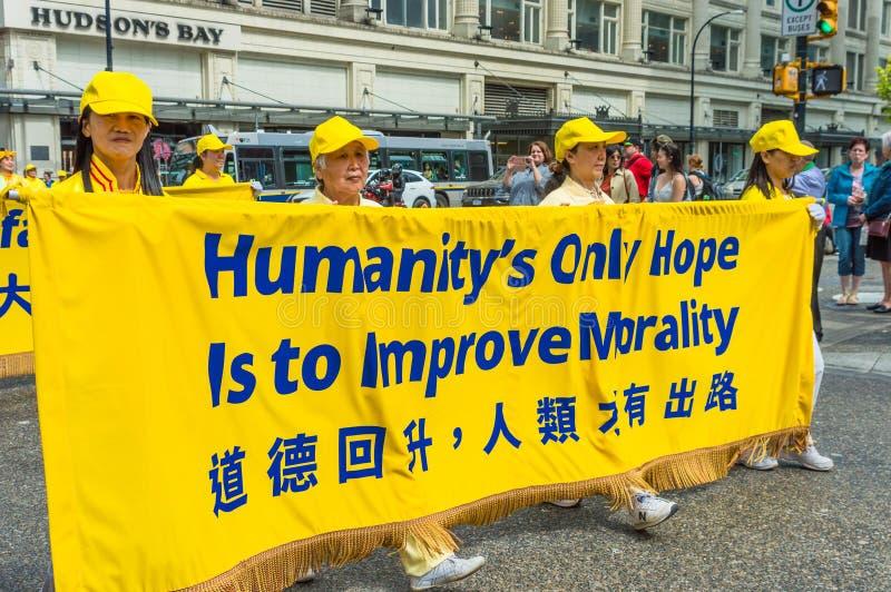 12 maggio 2019 - Vancouver, Canada: Membri di Falun Dafa nella parata tramite le vie della citt? sulla festa della Mamma 2019 fotografia stock