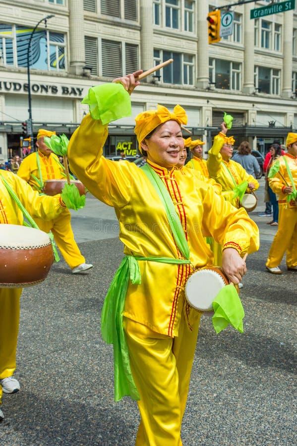 12 maggio 2019 - Vancouver, Canada: Membri di Falun Dafa nella parata tramite le vie della citt? sulla festa della Mamma 2019 fotografie stock