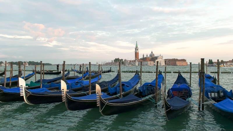 Maggiore y góndolas de San Jorge implicados en el marco del san de la plaza, Venecia fotos de archivo