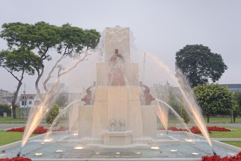 Magi bevattnar går runt Lima Peru royaltyfria bilder