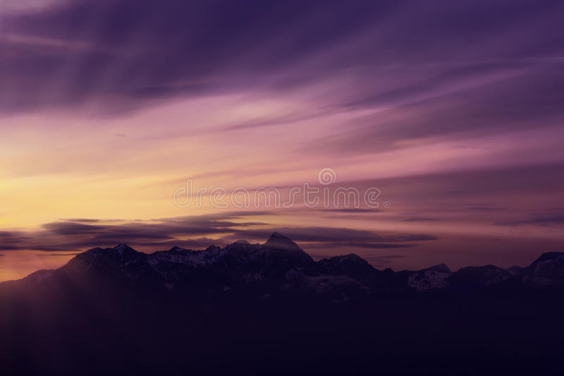 Magia świt z słońce promieniami nad Niemieckimi alps zdjęcia royalty free