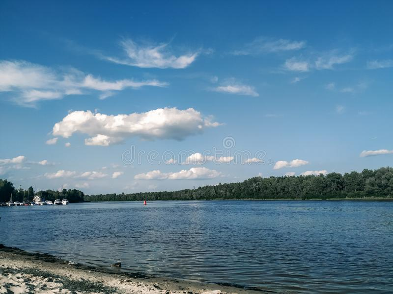 Magia azul del cielo y del río imagen de archivo libre de regalías