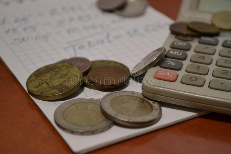 Magia de dígitos Electrónico, escrito unos y el dinero imagenes de archivo