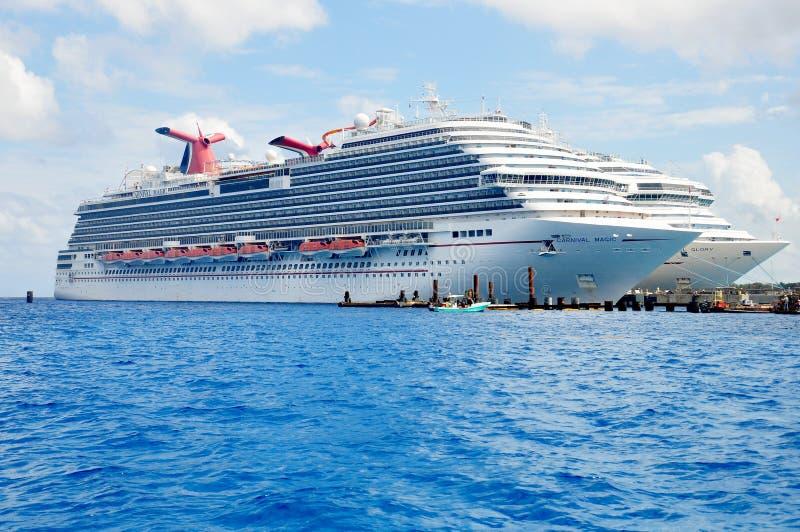 Magia del carnaval y barcos de cruceros de la gloria del carnaval fotos de archivo