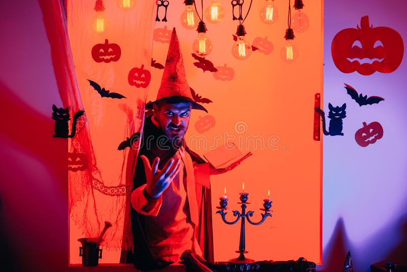Magia, incanto, fascino Simboli di celebrazione di festa sul muro di mattoni Halloween, celebrazione di feste fotografie stock