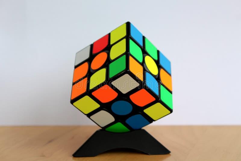 Magia 3x3 Speedcube del ` s de Rubik en un soporte del cubo fotos de archivo libres de regalías