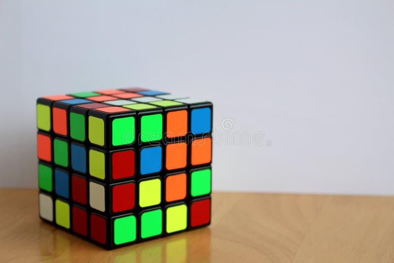 Magia 4x4 Speedcube del ` s de Rubik en una tabla fotografía de archivo