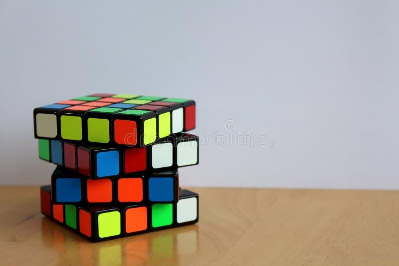 Magia 4x4 Speedcube del ` s de Rubik en una tabla fotos de archivo libres de regalías